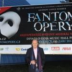 Producent dr. František Janeček před prvním českým billboardem Fantoma Opery